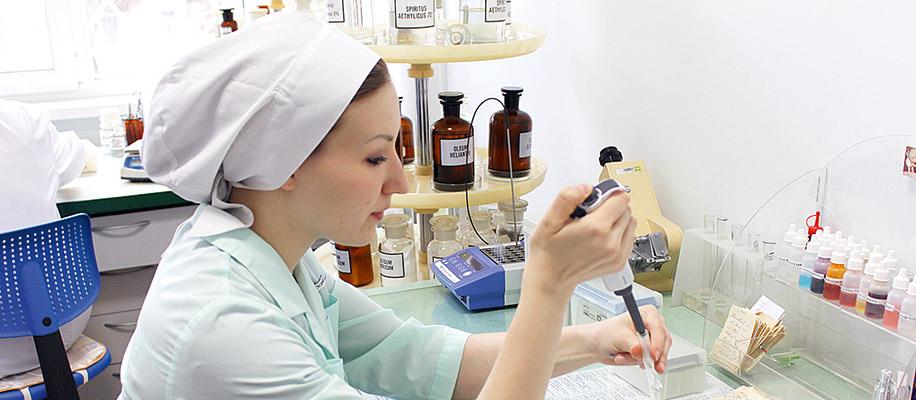 Для медицинских работников различных специальностей аптека заранее готовит прописи, в которых указываются состав, лечебные свойства, особенности применения и побочное действие наиболее часто применяемых ЛС.